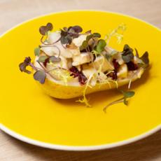 Салат с сыром бри, грушами и сушёной клюквой
