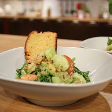 Калифорнийский салат с киноа и креветками