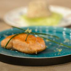 Стейк из лосося и салат из печени трески