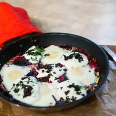 Зеленая яичница с греческим йогуртом и барбарисом