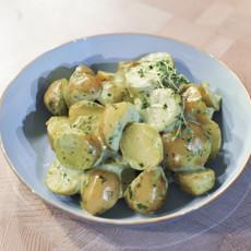 Теплый картофельный салат с ароматной заправкой из тархуна