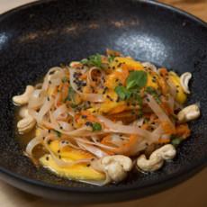 Салат с манго, кешью и рисовой лапшой