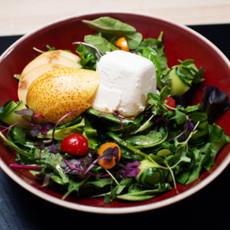 Зелёный салат с медовым соусом и козьим сыром