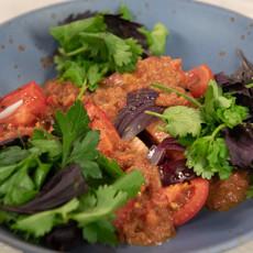 Салат из печеных томатов и лука с заправкой