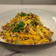 Салат из маринованной тыквы с тыквенными семечками и кунжутным маслом