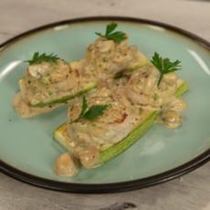 Куриные котлетки со сливочно-грибным соусом и кабачками гриль