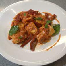 Равиоли с креветками и рикоттой в томатном соусе
