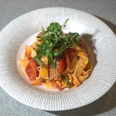 Домашняя паста с говядиной и томатным соусом