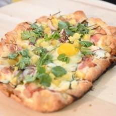 Пицца с яйцом, картофелем и беконом