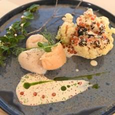 Морской гребешок в икорном соусе с цветной капустой