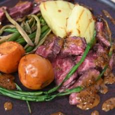 Мраморная говядина с мушмулой, печеным картофелем и черно-перечным соусом