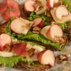Тост с персиками, сыром и грецкими орехами