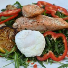 Салат с подкопченным лососем и творожным соусом