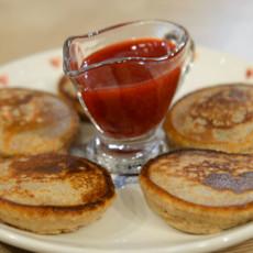 Гречневые оладьи с клубничным соусом
