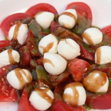 Салат из томатов и моцареллы
