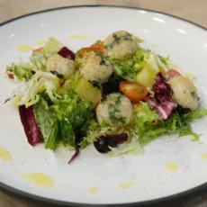 Теплый салат с морскими гребешками
