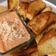Гренки с соусом из печеных томатов