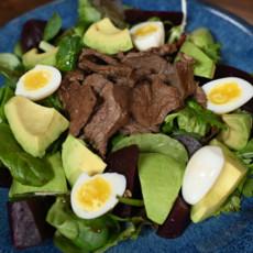 Салат с говядиной, авокадо и свеклой