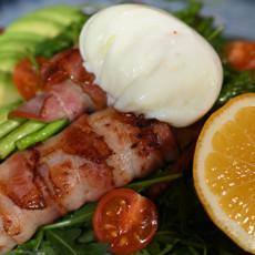 Салат со спаржей, беконом и яйцом пашот