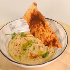 Хумус с чипсами из тонкого лаваша