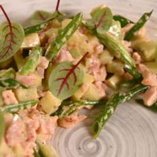 Салат из огурцов с аджикой и копченой курицей