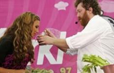 Певица Алина Артц и бренд-шеф кафе Ragout Алексей Зимин делятся звездными рецептами в…