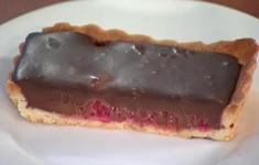 Тортинка с малиной и шоколадным кремом
