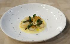 Морские гребешки на картофельном соусе с жареной зеленью