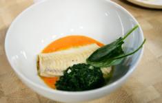 Треска на пюре из печёного перца и шпината, томлённого в сливочном соусе