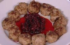 Фрикадельки по-шведски с брусничным соусом