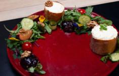 Салат со сливами и козьим сыром