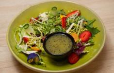 Салат с клубникой, сыром и заправкой из киви