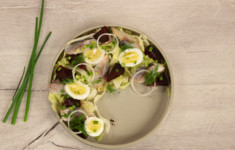 Салат с сельдью, яйцом и отварной свеклой