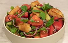 Салат из свежих овощей с гренками