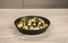 Фруктовый салат с заправкой из кокосового молока и зеленым базиликом