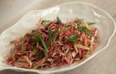 Салат капустный с беконом, свежей свеклой, чесноком и тархуном