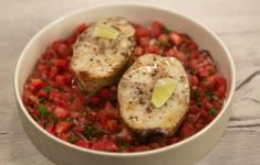 Стейки трески с сальсой из томатов и болгарского перца