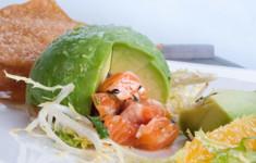 Авокадо, фаршированный тартаром из радужной форели