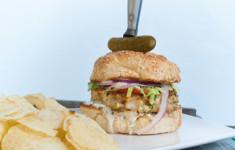 Гамбургер с морепродуктами и соусом Тартар с хреном