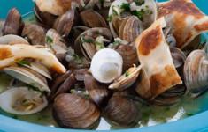 Моллюски, варёные в пиве с лепёшкой гёзлеме