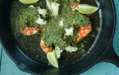 Хвосты омаров, запеченные в масле с чесноком и чимичурри