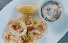 Острый кальмар в кефире с сельдереем и пряным яблочным соусом