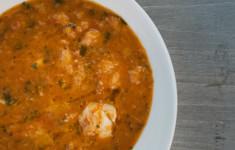 Португальский хлебный суп с угольной рыбой
