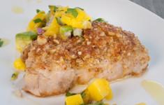 Рыба-меч с ореховой корочкой и манговым соусом
