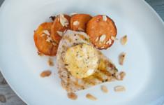 Рыба-меч с миндальным маслом с травами и колечками сладкого картофеля