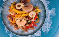Салат с морепродуктами, чоризо и нутом