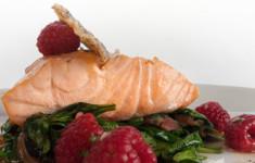 Припущенная в оливковом масле сёмга с салатом из шпината и панчетты с малиновой заправкой