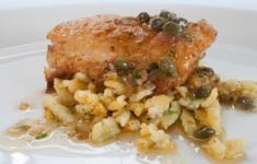 Подрумяненное филе судака с золотистым масляным соусом с каперсами и шпецле