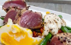 Тунец в корочке из оливок и рисовых крекеров с салатом «Нисуаз»