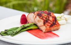 Филе лосося с малиновой глазурью